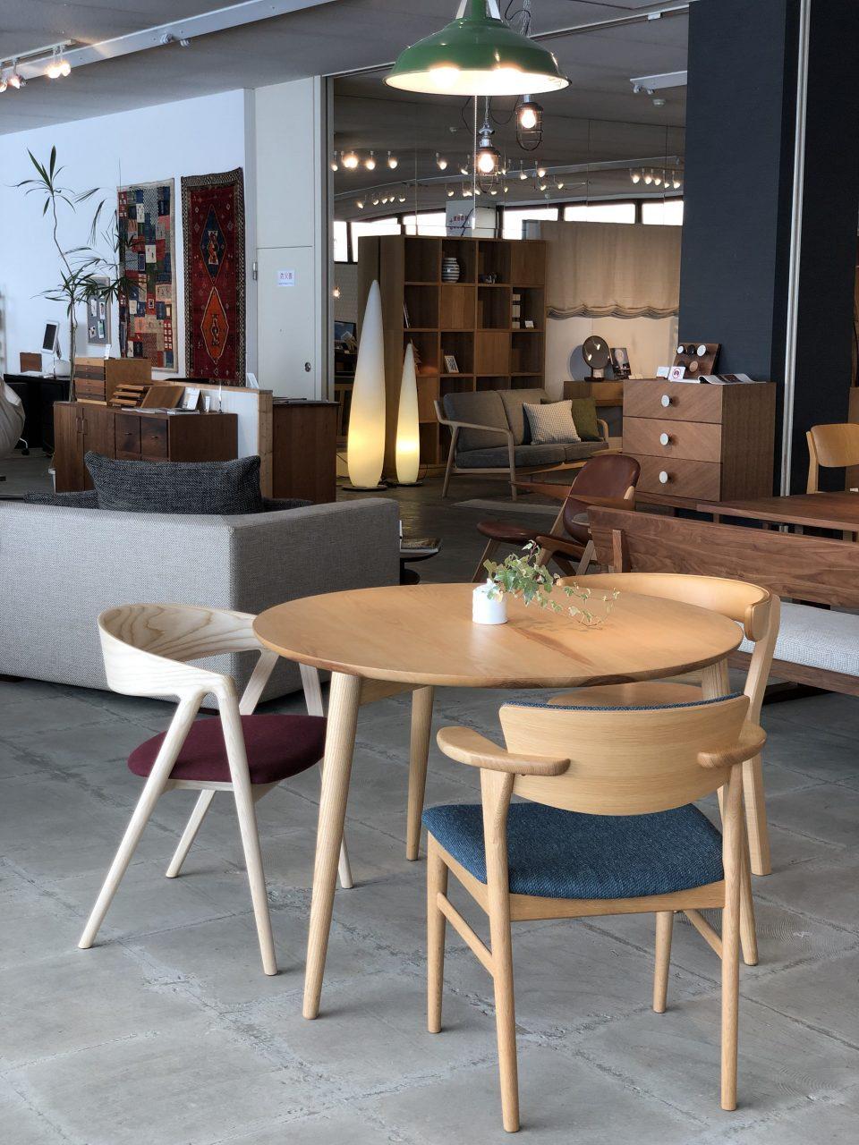 丸い円形のテーブルにもぴったりのハープチェアは、ウォールナット材とアッシュ材で作れるダイニングチェアです