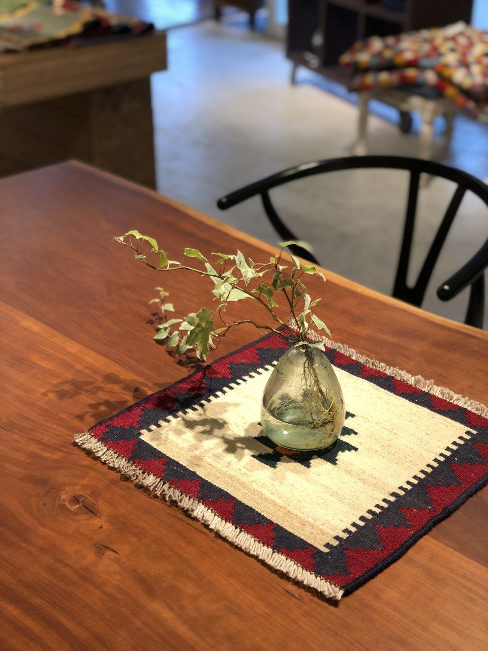 イラン、ペルシャのミニキリムをテーブルにアクセントとして使い、植物の下に敷きました