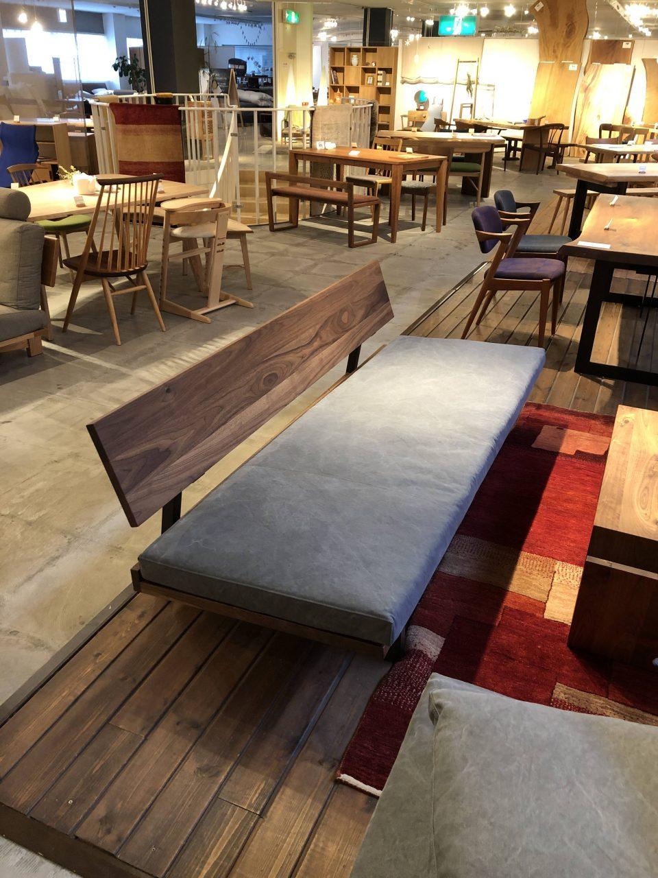 広松木工のスチール脚のフレックスソファは、展示がウォールナット材で張地は帆布ピエトラです