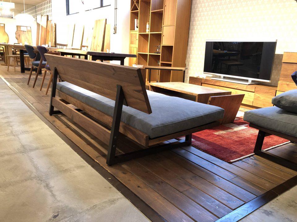 広松木工のフレックスソファのスチール脚は後ろ姿もかっこいいです