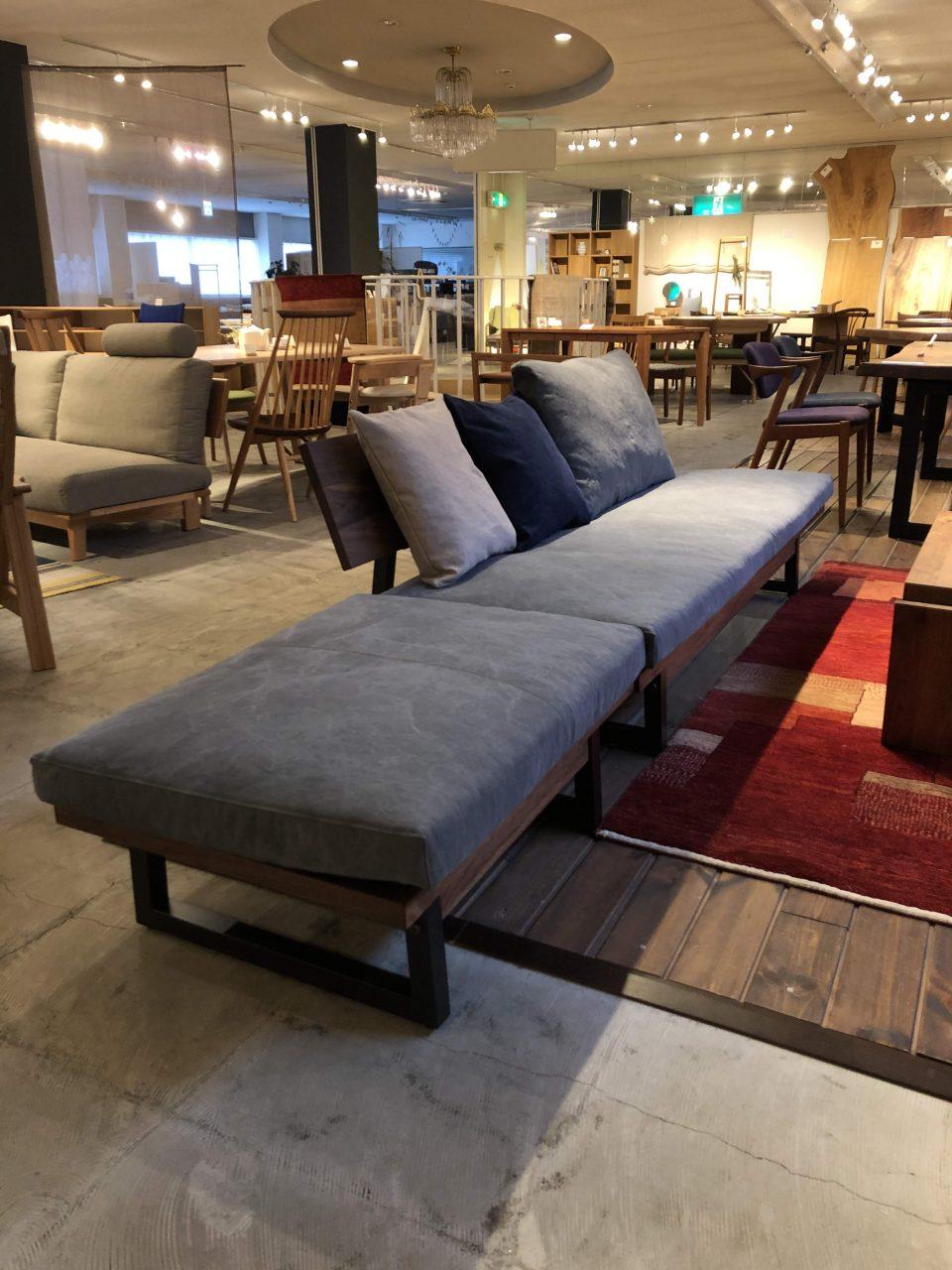 広松木工のフレックスソファは、スチール脚でウォールナット材で展示しております