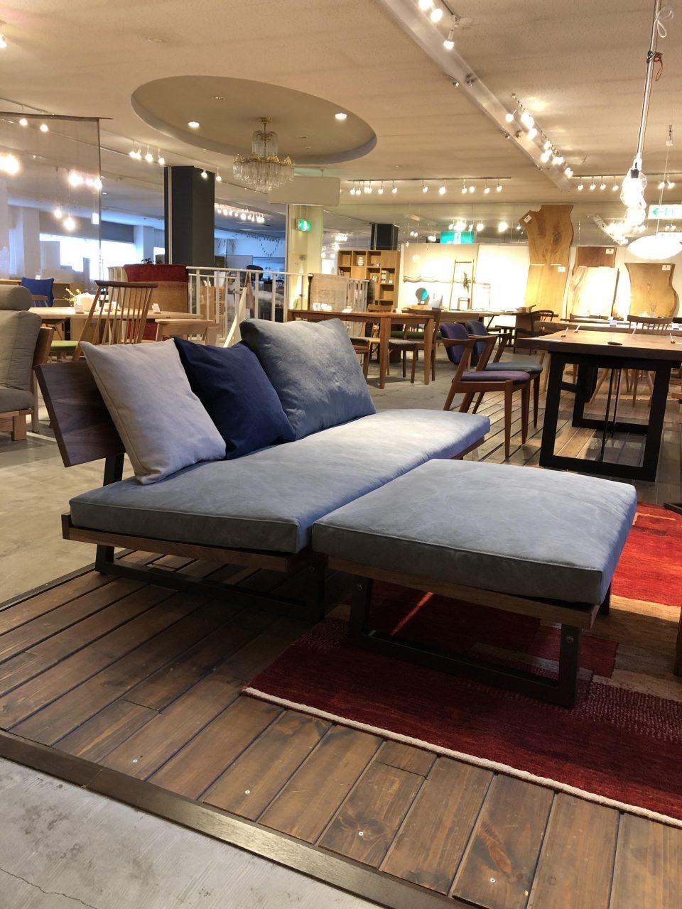 広松木工のフレックスソファは、3人掛けとオットマンでカウチソファとしても使えます