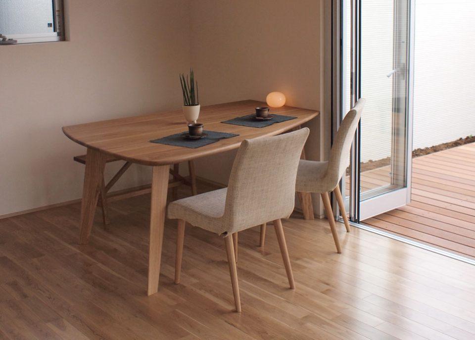 タモ材の変形ダイニングテーブルは、ホワイトオーク材、ウォールナット材も製作できます