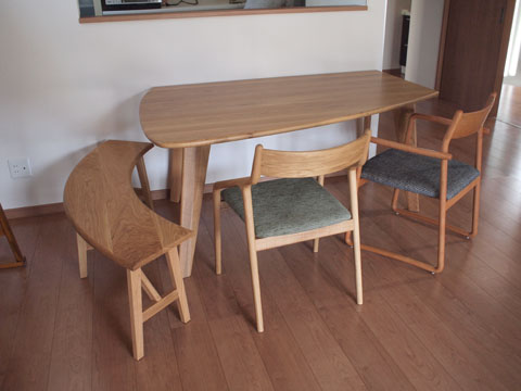 カウンターに対して横向きでも使える変形のダイニングテーブルは、ウォールナット材やホワイトオーク材で作れます