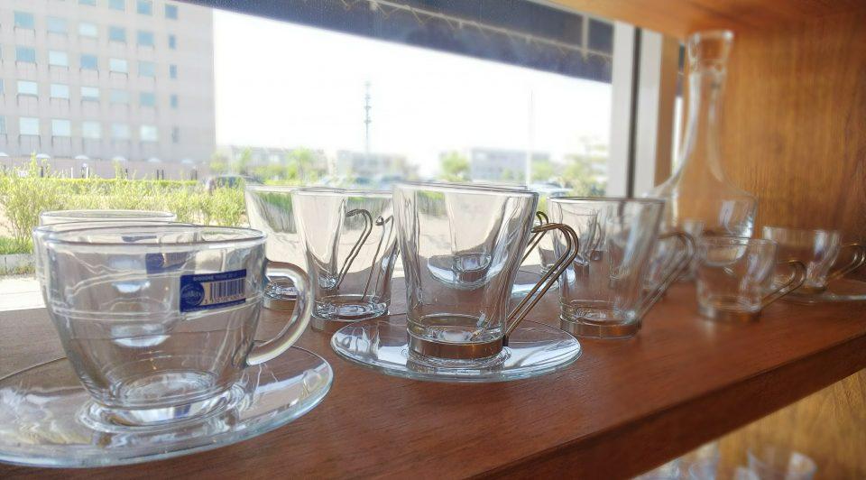 様々なガラス食器が並んでいる様子