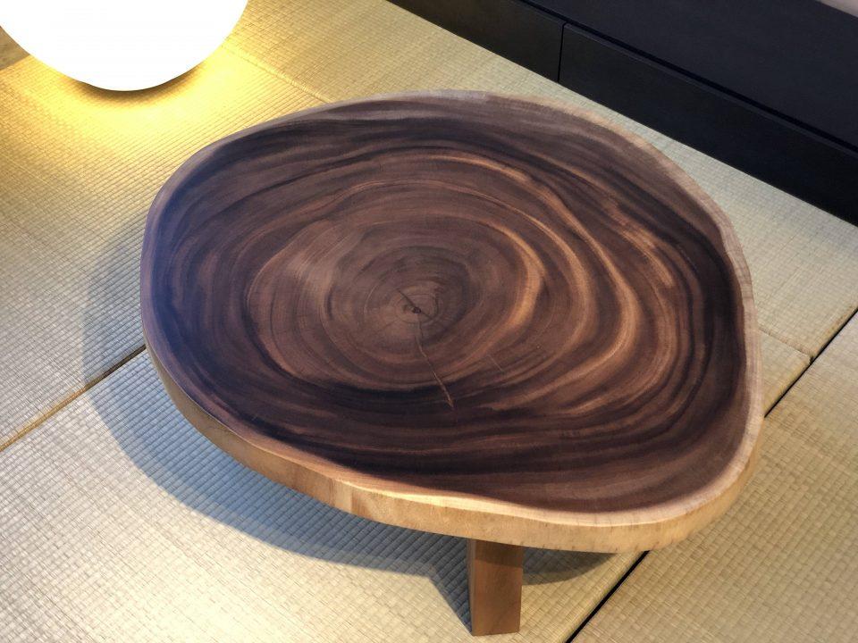 モンキーポッド輪切りの座卓は、ウレタン塗装です