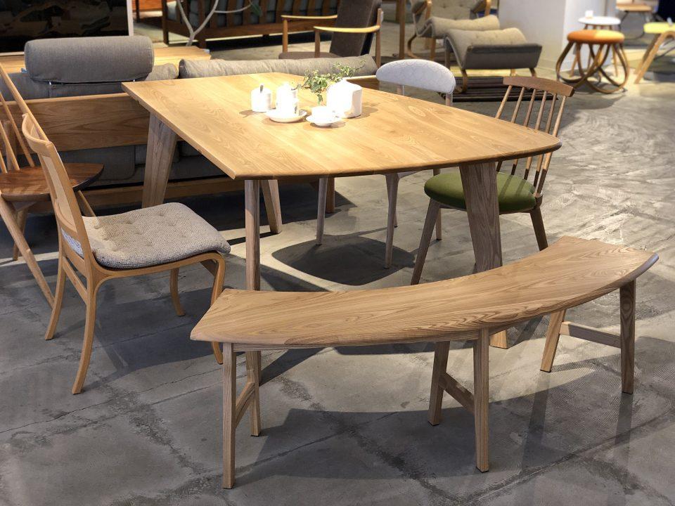 変形テーブル用の半円形のベンチテーブルは、タモ材、ホワイトオーク材、ウォールナット材で作れます。