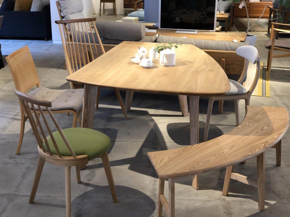 変形テーブルには、半円形のベンチが便利です。