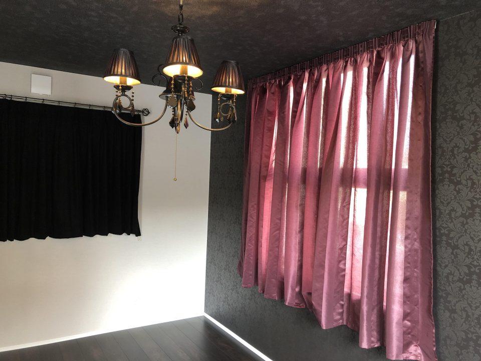 寝室は、パープルのバルーンシェードと黒のカーテンでモダンクラシックスタイルです