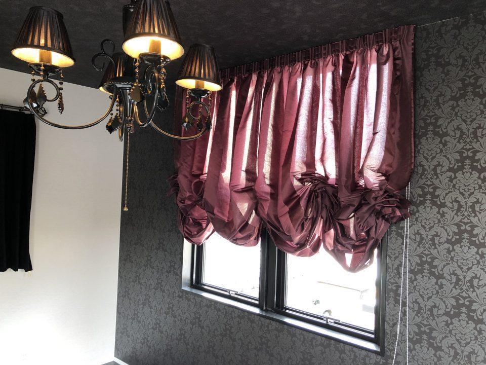 寝室は、バルーンシェードでエレガントクラシックスタイルにまとまっています