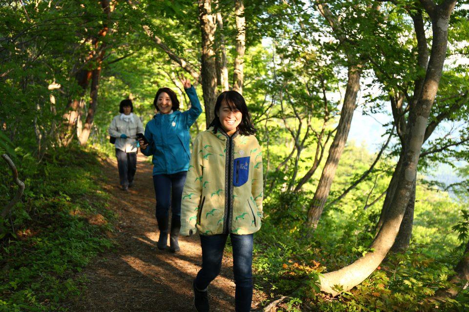林道を歩くスタッフ
