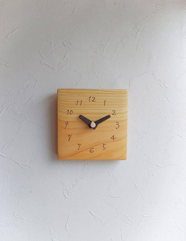 四角の壁掛け時計がディスプレイされている様子