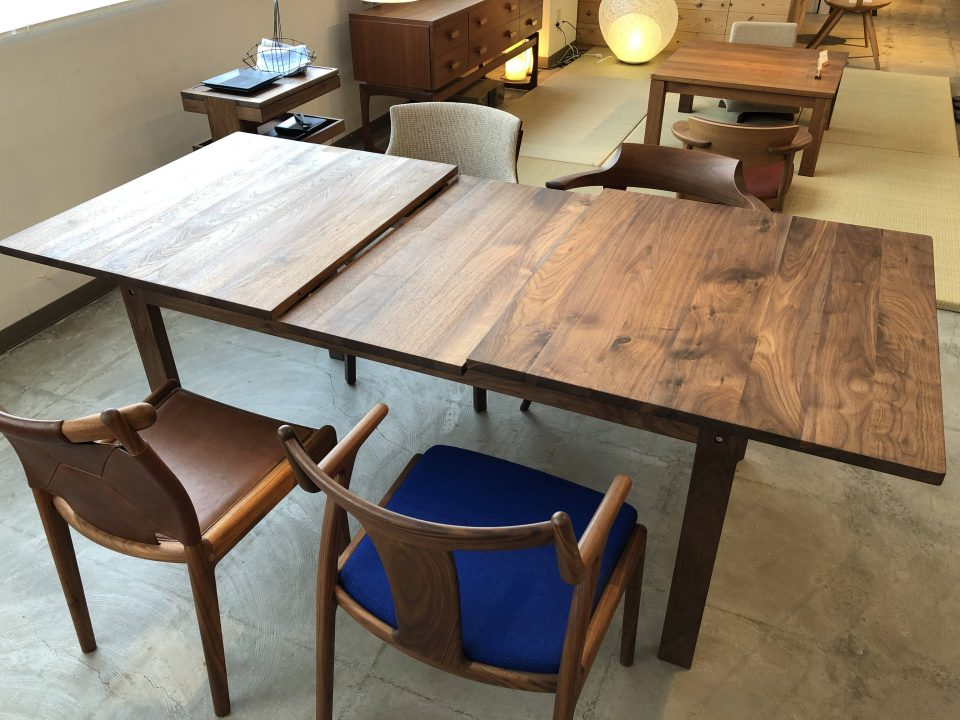 kitokiのウォールナット材の伸長式テーブルです