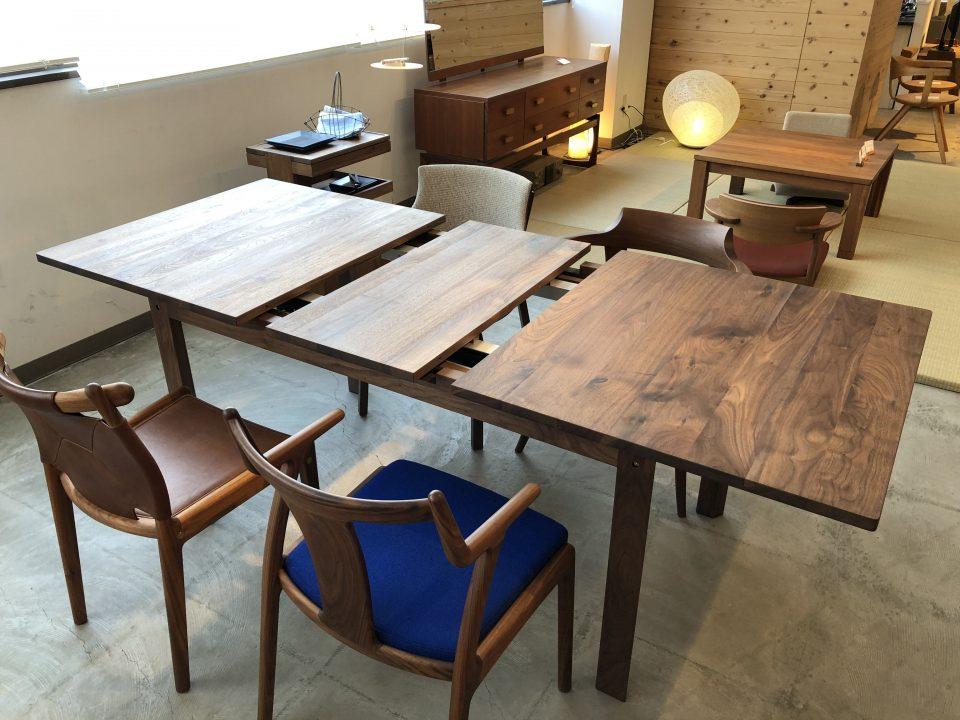 kitokiのウォールナット無垢材の伸長式のダイニングテーブルです