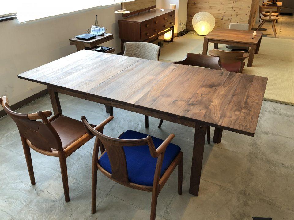 kitokiのウォールナットの伸長式のダイニングテーブルです