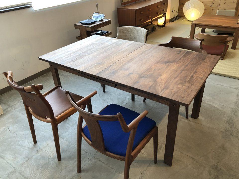 kitokiのウォールナット材の伸長式ダイニングテーブルです