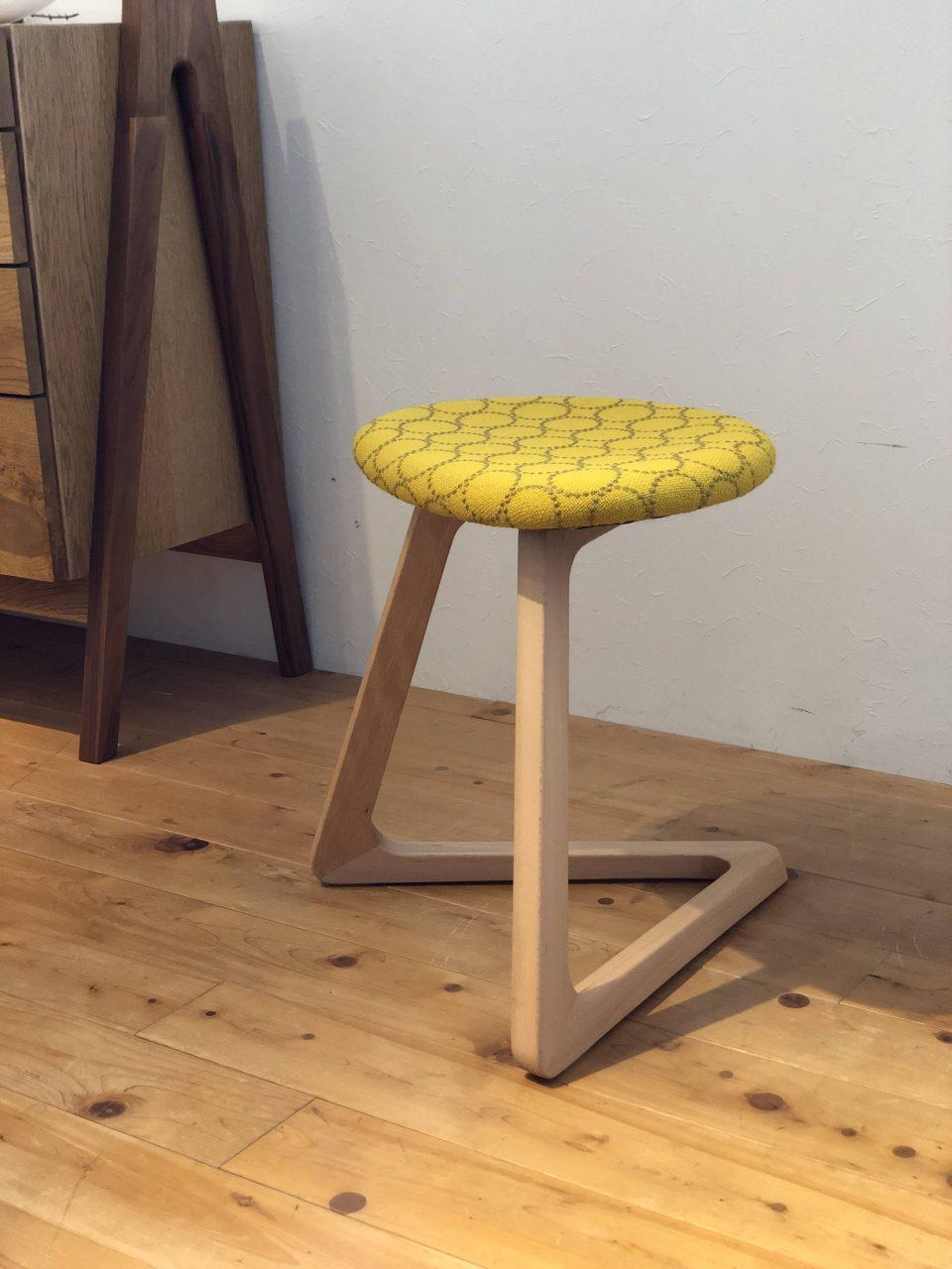 宮崎椅子製作所のTRIスツールにミナペルフォネンの黄色のタンバリンハリングダルを張りました