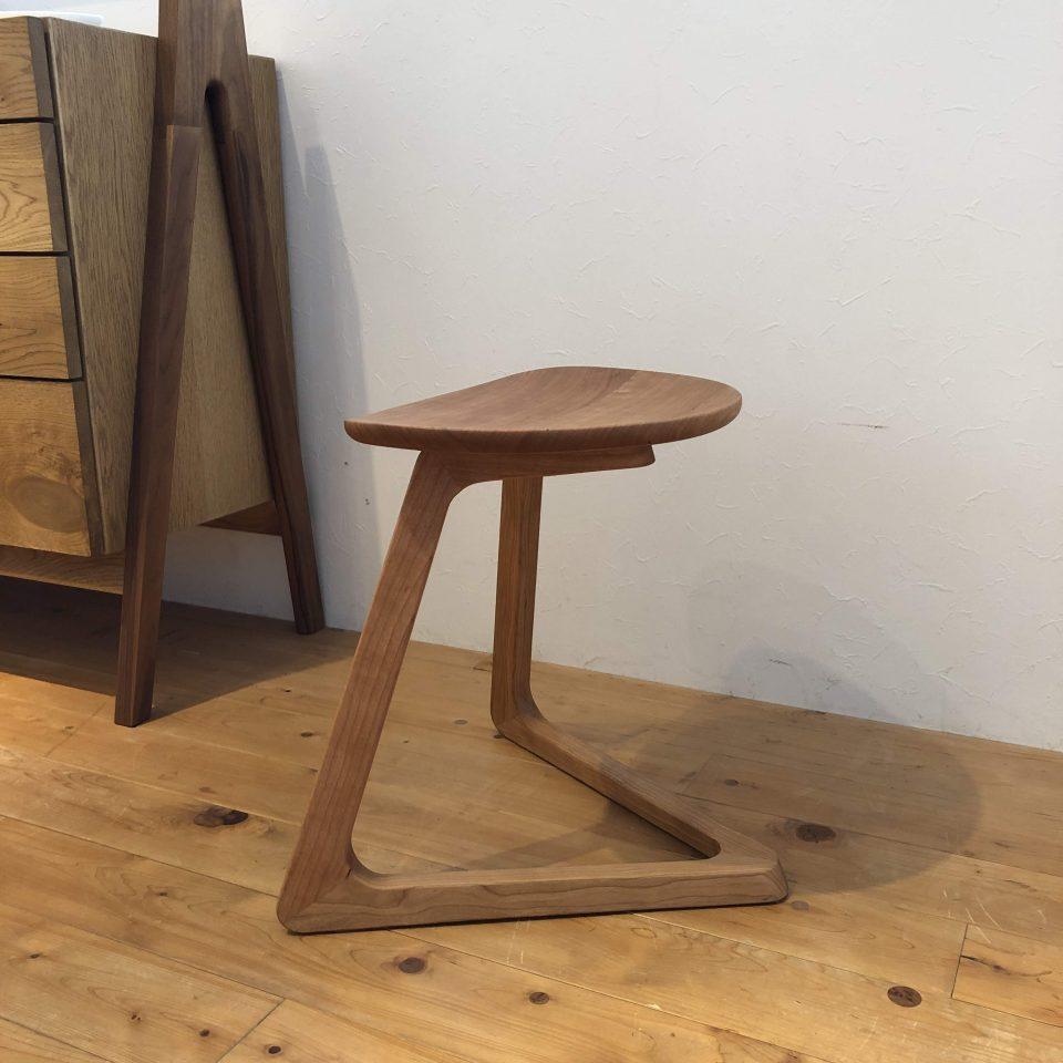 宮崎椅子製作所のTRIスツールのブラックチェリー材で板座の展示です