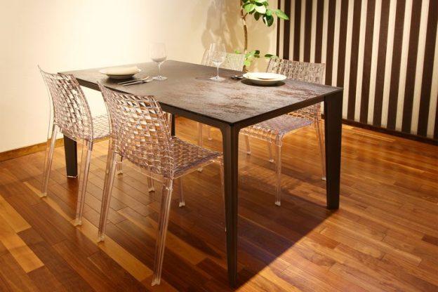 タイルの伸長式ダイニングテーブル