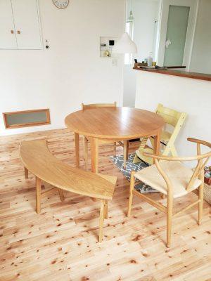 円テーブルと半円ベンチ