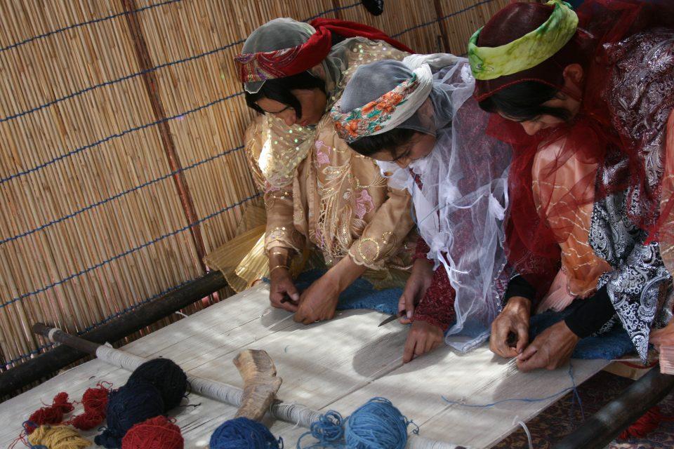 カシュガイ族の芸術的なアートギャッベは新潟市のボー・デコールで扱っています