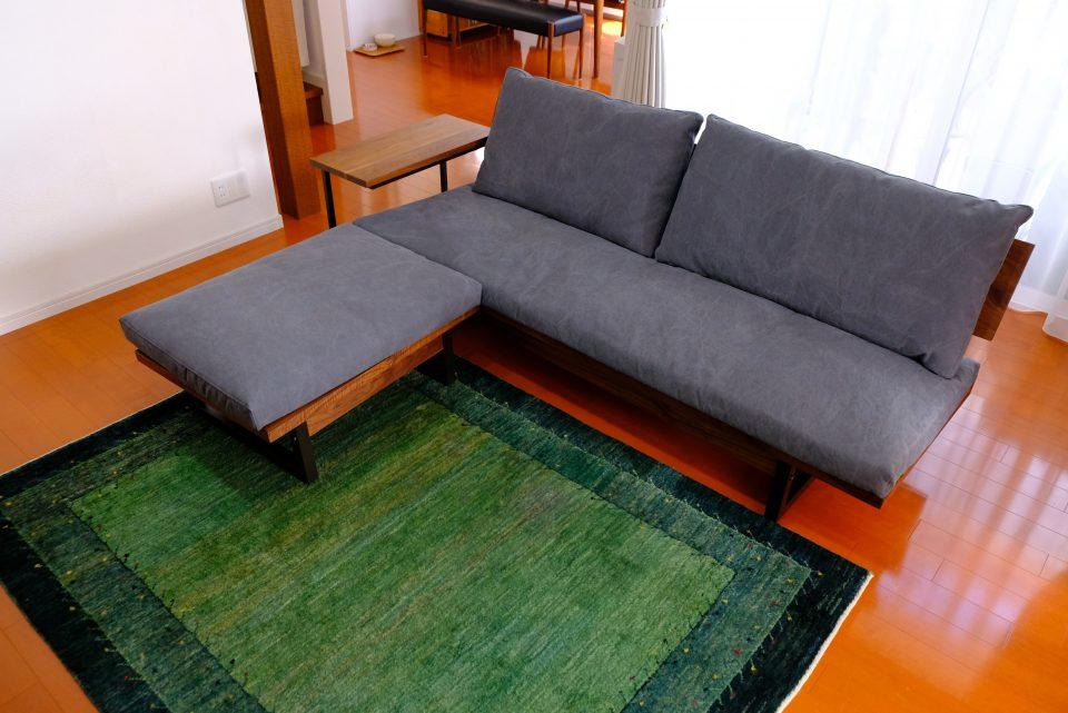 リビングにソファとギャッベ