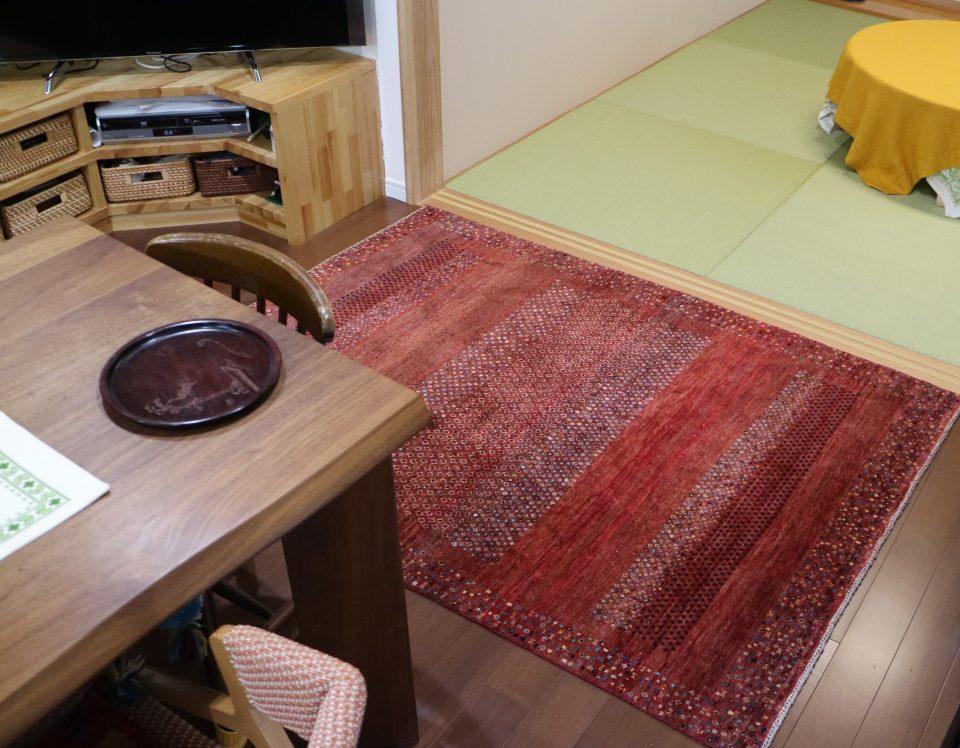 食卓テーブルのとなりのスペースに、ごろんと横になれるように敷いているアートギャッベ