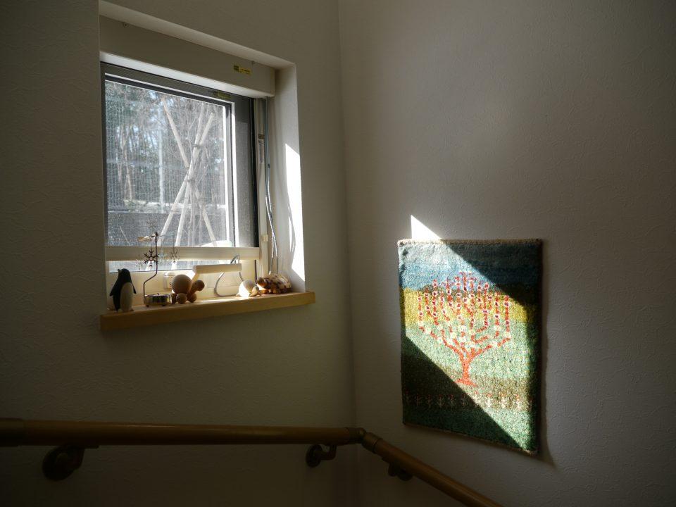 壁にミニギャッベを飾っている様子