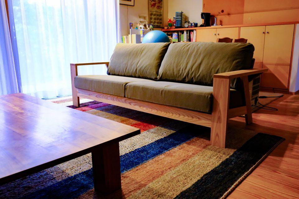 ウッドフレームのおしゃれなソファ
