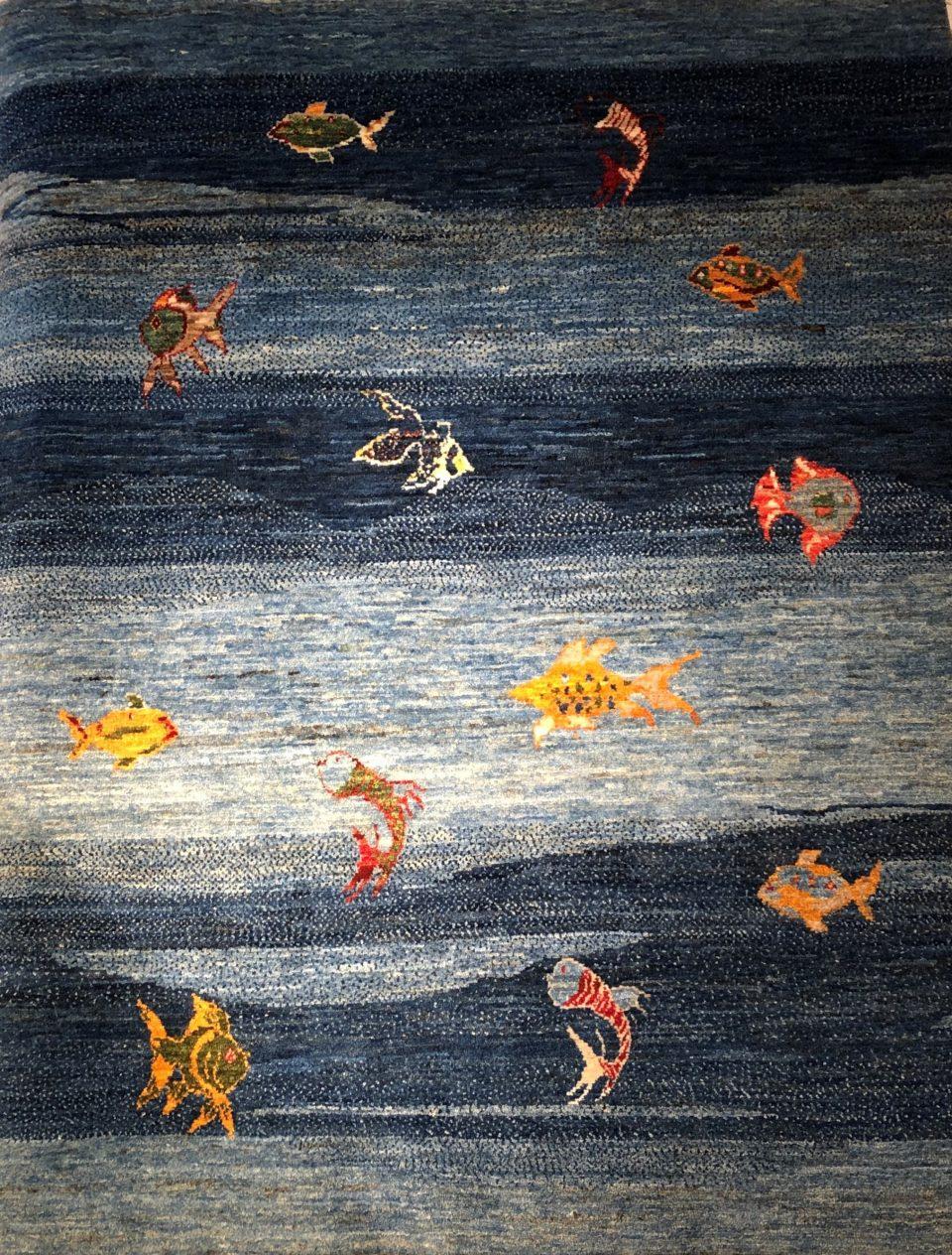 魚の文様のブルーのアートギャッベです
