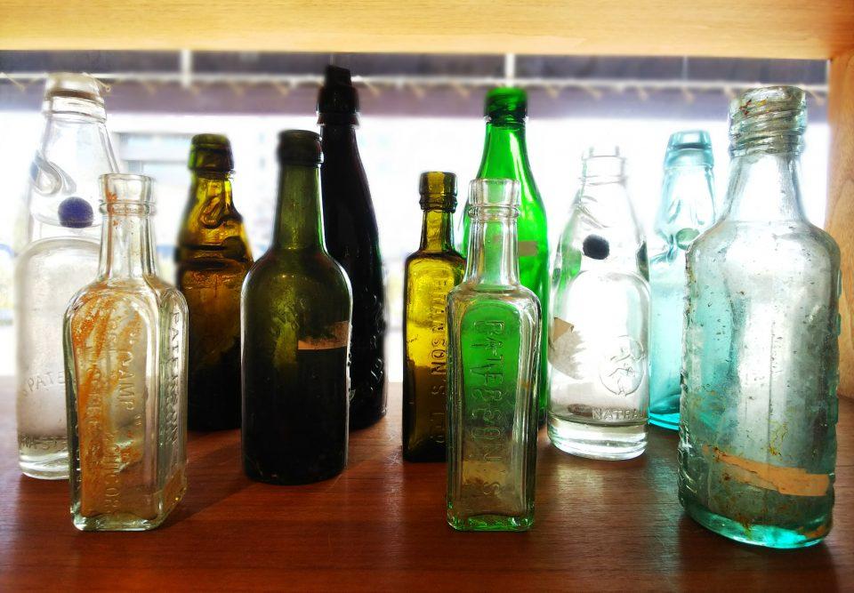 レトロな瓶が並んでいる様子