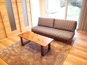 friendly.sofa-living.table