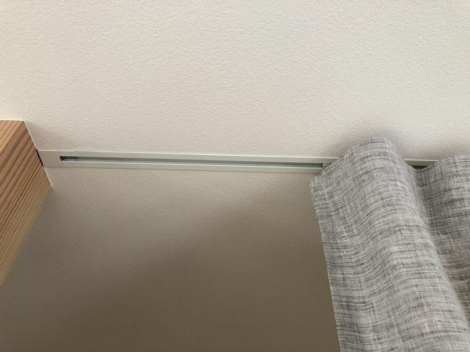 天井埋込レールですっきり、カーテンの動きもスムーズです。