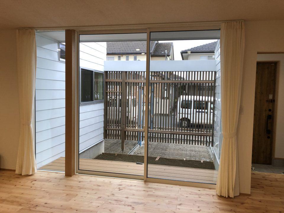 家具店ボー・デコールで1.5倍ヒダの縫製のリネンカーテンを新潟市の新築のご新居に取付いたしました
