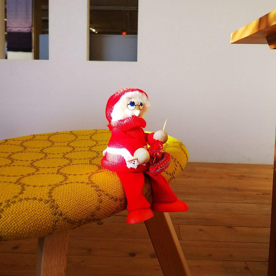編み物しているサンタ