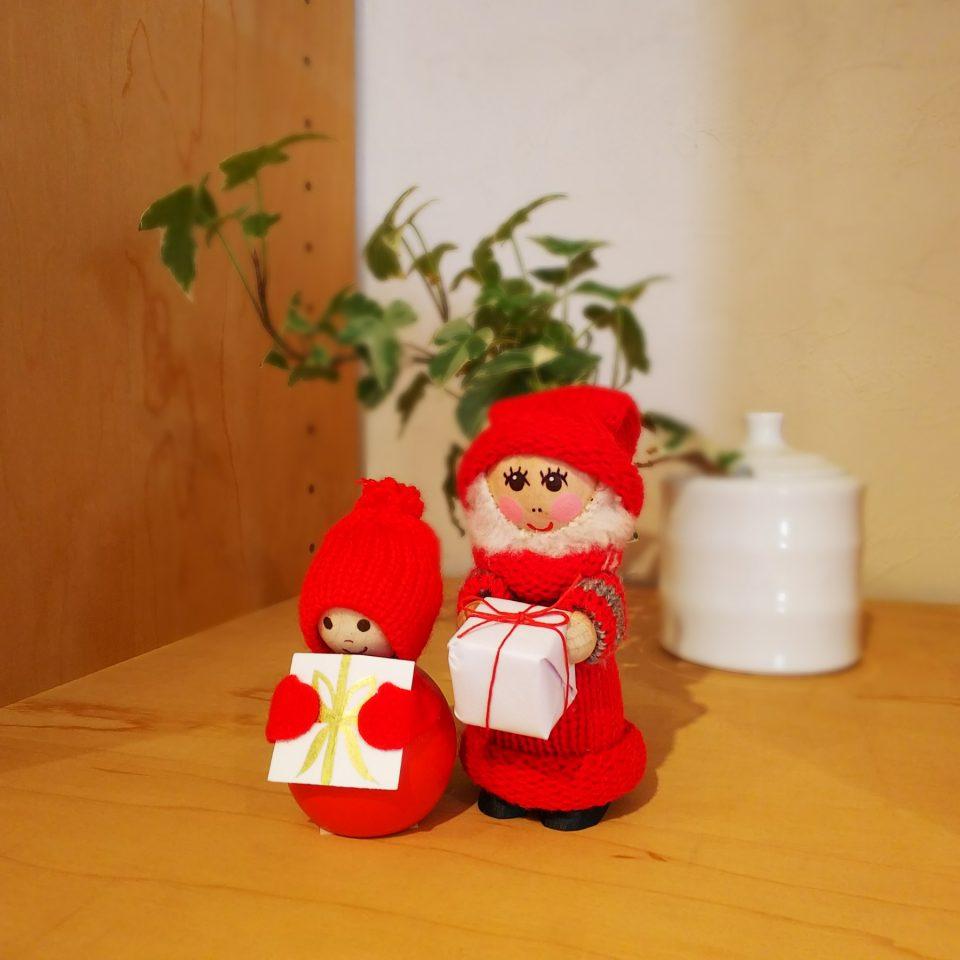 ダルマサンタとプレゼントサンタが並んでいる様子