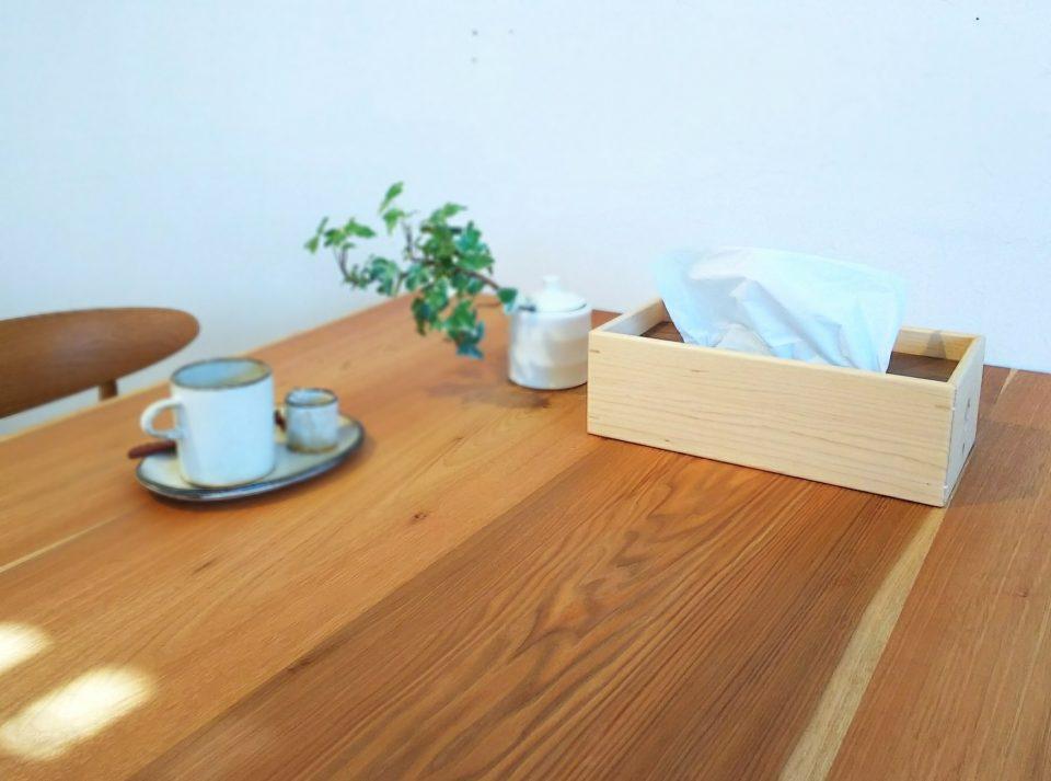 ウッドティッシュケースがダイニングテーブルの上にある様子