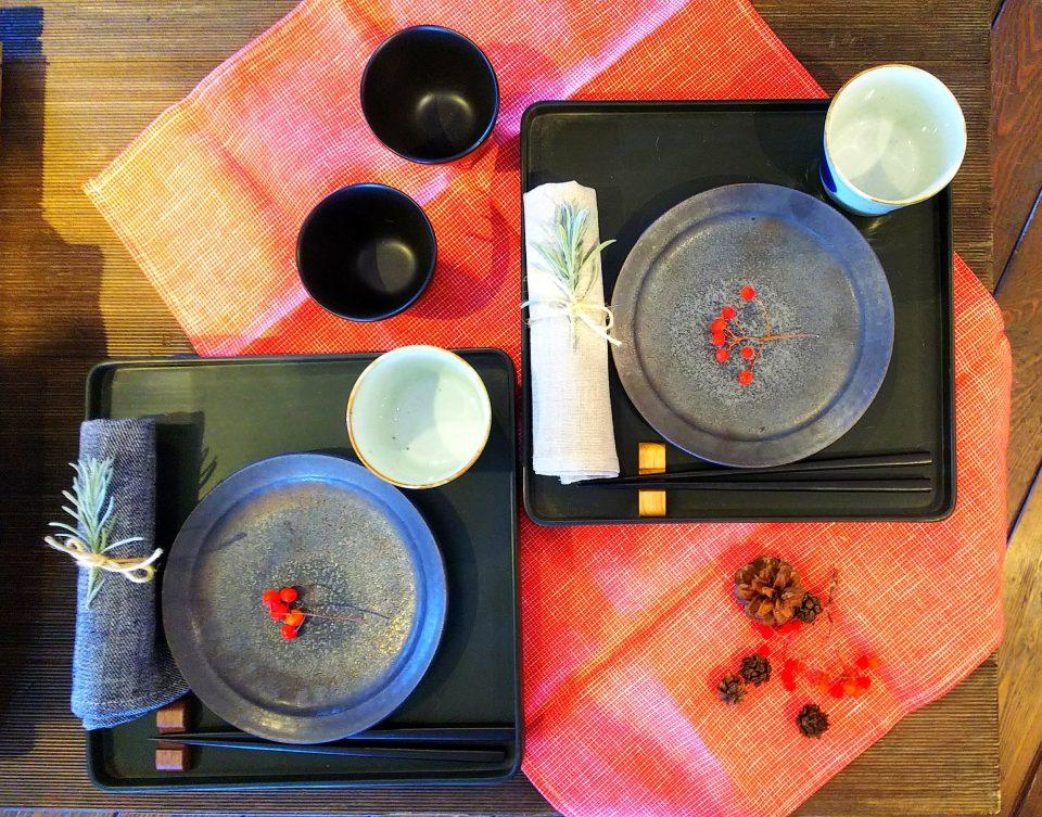 お膳に食器を置いて食卓のアクセントになります。