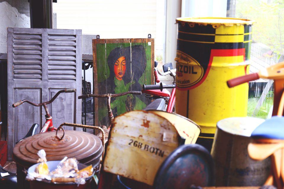 ドラム缶やウォールアートなど盛り沢山です。