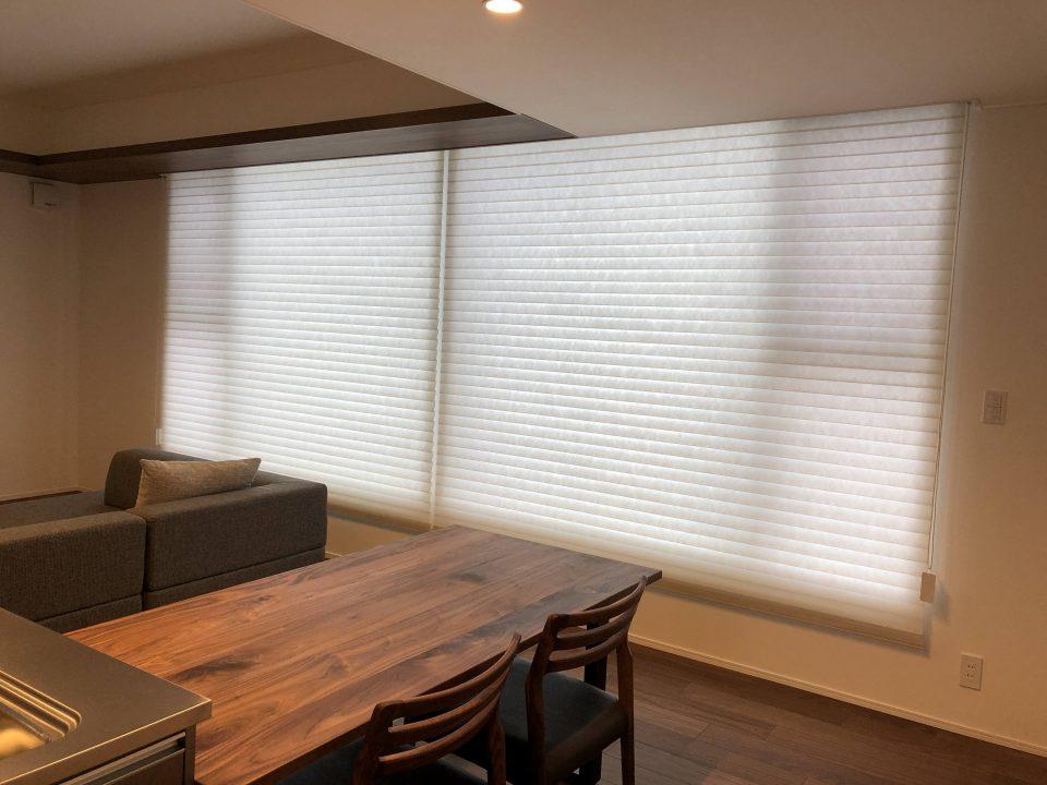 新潟市の新築のリビングにニチベイの調光ロールスクリーンのハナリという機能性カーテンを納品致しました