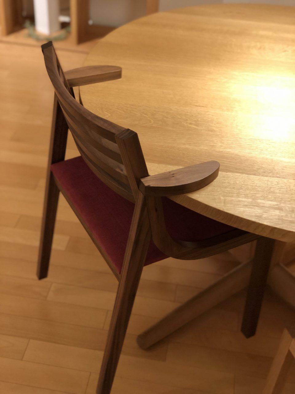 ハーフアームチェアの特徴としてテーブルにかけて掃除がしやすくなるのも良いところです