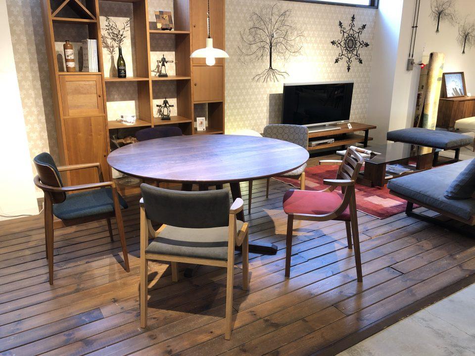 ウォールナット材でまとめたモダンでかっこいいダイニングセットとソファで家具を統一できるのも新潟市のボー・デコールの特徴です