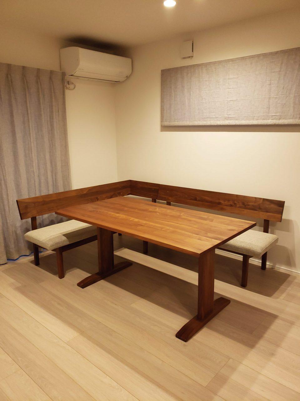 ウォールナット材のダイニングテーブル