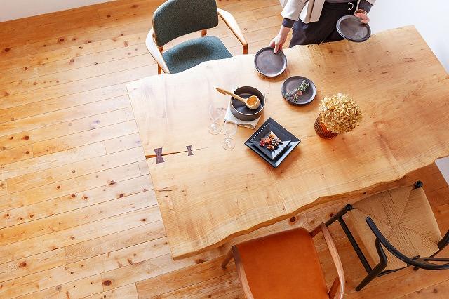 メープル材一枚板のダイニングテーブルでナチュラルインテリアの雰囲気を演出