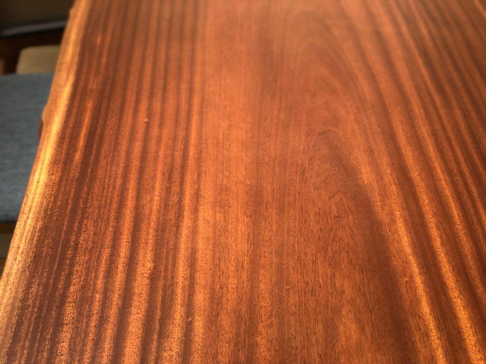 新潟市の家具店ボー・デコールで扱うアフリカ産のシポの木目はダイナミックで素敵です