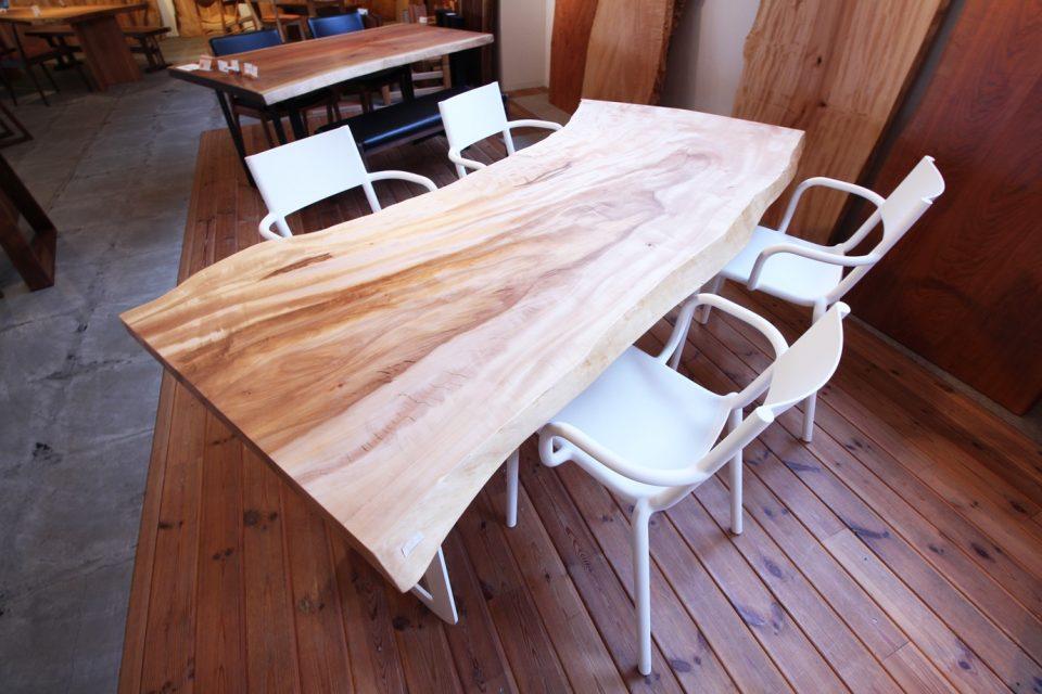 新潟市の家具店ボー・デコールでh、栃の一枚板のモダンスタイルをお勧めしております