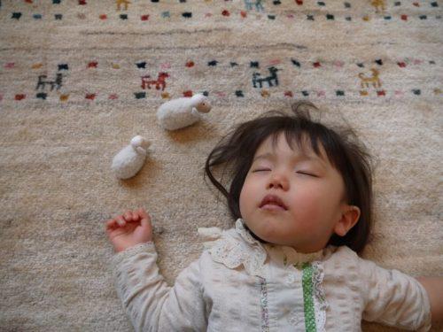 アートギャッベの上で眠る子ども