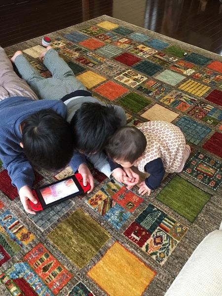 アートギャッベの上で遊ぶ子どもたち
