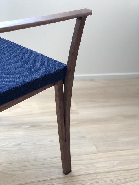 椅子徳製作所のBRANCHチェアは、ウォールナット材のスタイリッシュなチェアです