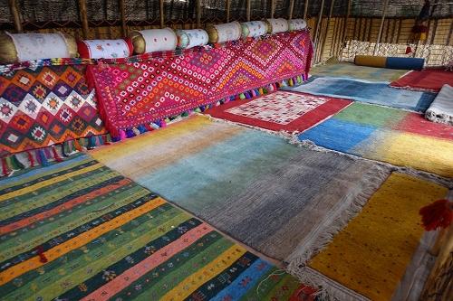 遊牧民のテントの中 ギャッベが敷き詰められた様子